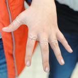 Hopealangasta tehtyjä sormuksia